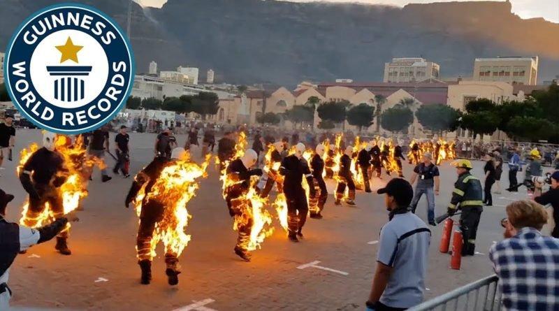 Como en The Walkin Dead, 32 personas caminan envueltas en llamas