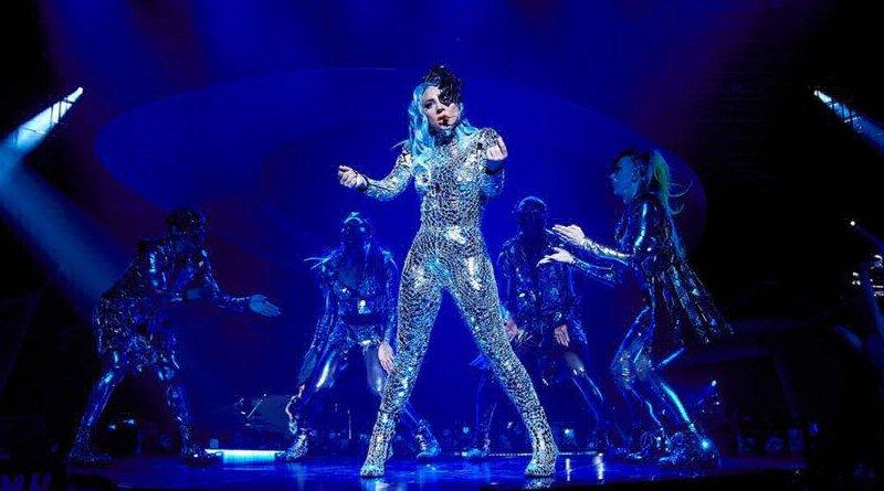 VIDEO - Impresionante caída de Lady Gaga en pleno concierto
